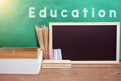 Schulbücher auf Schreibtisch, Bildungskonzept Lizenzfreie Stockfotografie