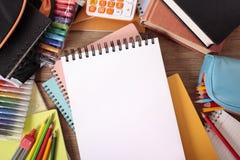 Schulbank mit dem leeren Notizblock, studierend, Hausarbeitkonzept, Kopienraum Stockfoto