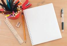 Schulbedarf auf dem Tisch Lizenzfreies Stockfoto