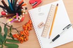 Schulbedarf auf dem Tisch Lizenzfreie Stockfotos