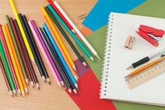 Schulbedarf auf dem Tisch Stockbilder