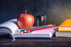 Schulbedarf auf dem Tisch Bücher, Bleistifte und Äpfel ist eine Sammlung des Studenten Konzept der Schule und der Bildung Lizenzfreie Stockfotos