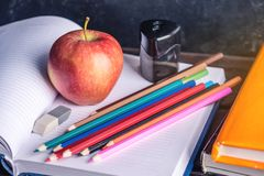 Schulbedarf auf dem Tisch Bücher, Bleistifte und Äpfel ist eine Sammlung des Studenten Konzept der Schule und der Bildung Stockbild