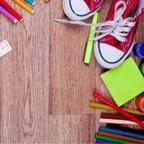 Schulbedarf auf einem hölzernen Hintergrund Stockfotografie