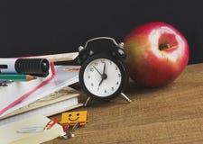 Schulbedarf auf einem Holztisch Stockbild