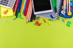 Schulbedarf auf grünem Hintergrund Lizenzfreie Stockfotos