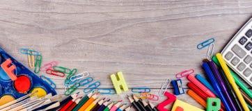 Schulbedarf auf hölzernem Hintergrund Lizenzfreies Stockbild
