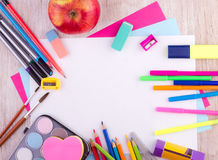 Schulbedarf auf hölzernem Schreibtisch lizenzfreie stockfotografie
