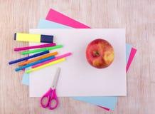 Schulbedarf auf Schreibtisch lizenzfreie stockbilder