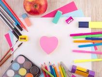 Schulbedarf auf Schreibtisch stockfotografie