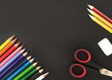 Schulbedarf auf Tafelhintergrund lizenzfreies stockbild