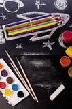 Schulbedarf auf Tafelhintergrund stockbilder