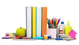 Schulbedarf - Bücher, Bleistifte und Äpfel Stockfotos