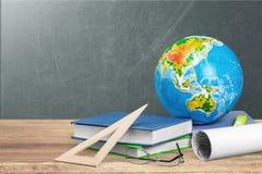 Schulbedarf - Bücher, Kugel, Bleistifte und Äpfel Stockbild