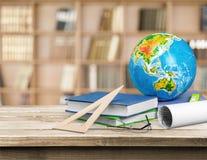 Schulbedarf - Bücher, Kugel, Bleistifte und Äpfel Lizenzfreies Stockbild