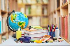 Schulbedarf - Bücher, Kugel, Bleistifte und Äpfel Lizenzfreie Stockfotografie