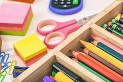 Schulbedarf - Bleistiftkasten auf hölzernem Hintergrund Stockfoto
