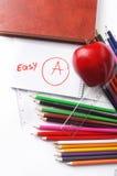 Schulbedarf. Buch, Bleistift, Notizbuch, Machthaber und Apfel auf einem w Lizenzfreies Stockfoto