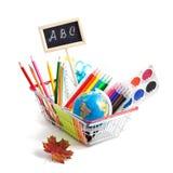 Schulbedarf in einem Warenkorb auf weißem Hintergrund Stockfotografie