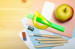 Schulbedarf für das Zeichnen und den Buchstaben Lizenzfreies Stockbild