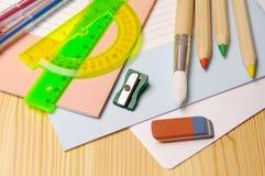 Schulbedarf für das Zeichnen und den Buchstaben Stockfoto