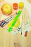 Schulbedarf für das Zeichnen und den Buchstaben Stockbilder