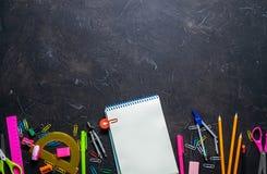 Schulbedarf für Schule: Notizblock, Bleistifte, rosa Machthaber, Kompassse zerstreute auf eine graue Tabelle Beschneidungspfad ei lizenzfreie stockfotos