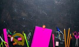 Schulbedarf für Schule: Notizblock, Bleistifte, rosa Machthaber, Kompassse zerstreute auf eine graue Tabelle Beschneidungspfad ei lizenzfreie stockbilder