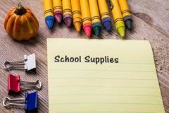 Schulbedarf listet Konzept auf Notizbuch und hölzernem Brett auf stockbilder