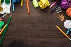 Schulbedarf mit Kopienraum auf Tabelle Lizenzfreies Stockfoto