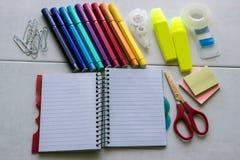 Schulbedarf, Notizblock, Markierungen, Scheren, Büroklammern Stockfotos