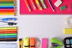 Schulbedarf um weiße Tabelle Stockbilder