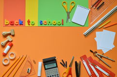 Schulbedarf und die Wörter ZURÜCK ZU SCHULE Lizenzfreie Stockfotos