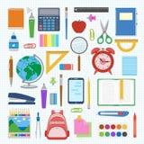 Schulbedarf und Einzelteile stellten auf ein Blatt in einer Zelle ein Stockfotos