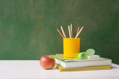 Schulbedarf an zurück zu Schulkreide Brett stockfotografie