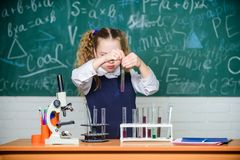 Schulbildung Zuk?nftiges Biologe School-Labor Studentenf?hrungs-Schulexperiment des M?dchens intelligentes Schulsch?ler lizenzfreies stockfoto