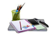Schulbriefpapier-Einzelteile mit Smartphone und Laptop Stockbilder