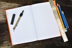 Schulbriefpapierrahmen auf hölzernem background-8 Stockfoto