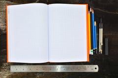 Schulbriefpapierrahmen auf hölzernem background-5 Stockfoto