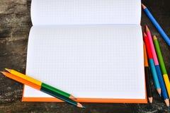 Schulbriefpapierrahmen auf hölzernem background-4 Stockbilder