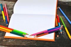 Schulbriefpapierrahmen auf hölzernem background-3 Stockfoto