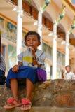Schulbruch-Getränk für ein kleines Mädchen in ländlichem Kambodscha Stockfoto