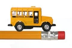 Schulbus auf Bleistift Lizenzfreie Stockfotos