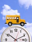 Schulbus auf Borduhr stockfotografie