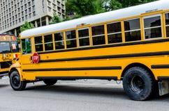 Schulbus/Busse in der Stadt Stockfotos