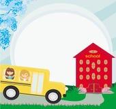 Schulbus, der zur Schule mit glücklichem childr vorangeht Lizenzfreie Stockfotos