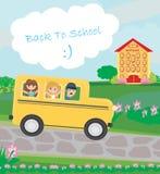 Schulbus, der zur Schule mit glücklichen Kindern vorangeht Stockbilder