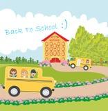 Schulbus, der zur Schule mit glücklichen Kindern vorangeht Stockfotografie