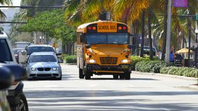 Schulbus an einem Schnitt stock video