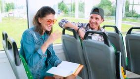 Schulbus-Freunde wiederholen Hausarbeit auf Bus stock video footage